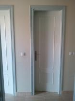 Lacado de puertas en blanco y gris niebla